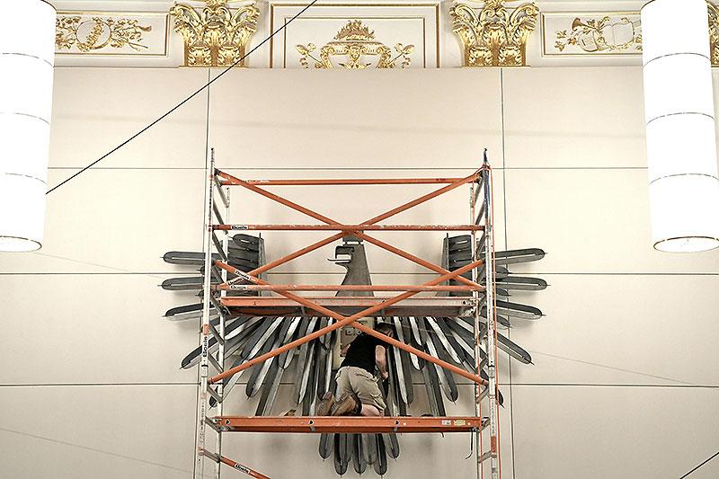 Kopie des Adlers im Parlament wird im Ausweichquartier montiert