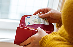 Frau mit Geldbörse