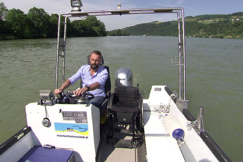 Markus Wallner lenkt Motorboot über die Donau