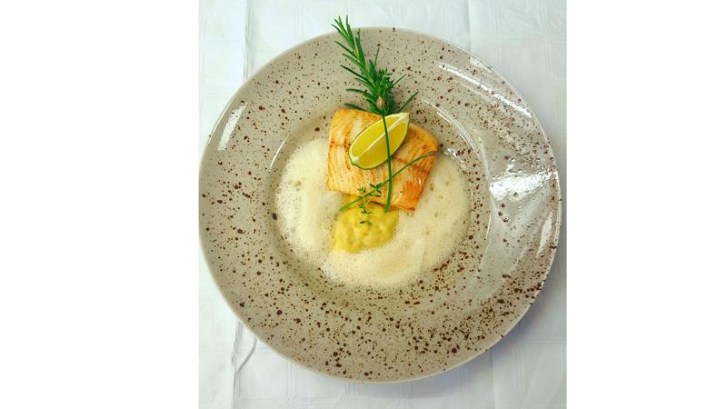 Confierter Hecht mit Flusskrebsravioli und Zitronen-Beurre-Blanc