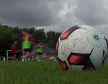Fußball auf Rasen eines Trainingsplatzes beim Fußballtraining