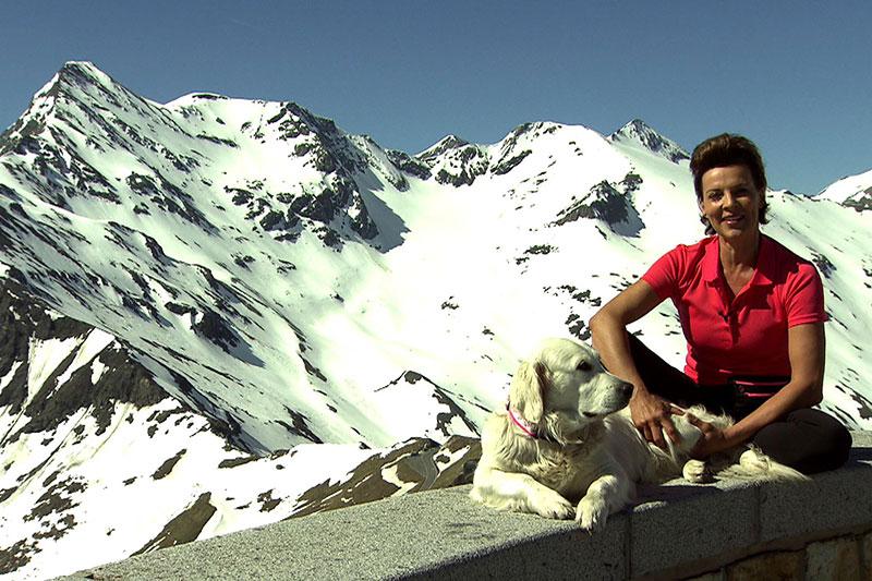 Sabine Petzl mit Hund Susi auf der Edelweißspitze - mit Blick auf den Großglockner