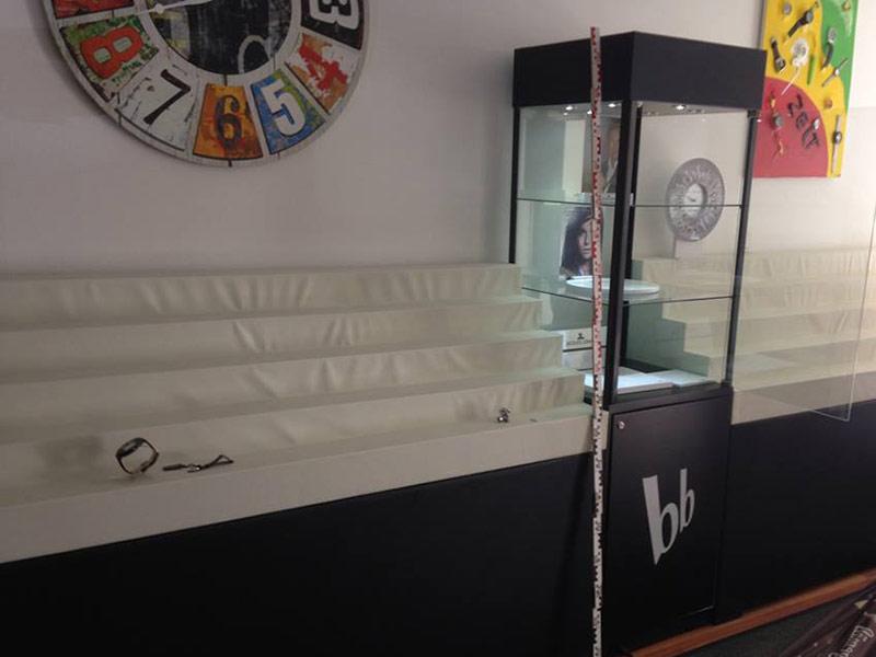 Leeres Uhrengeschäft Markenuhren gestohlen 600
