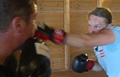Conny König trainiert Skirennläuferinnen im Boxen