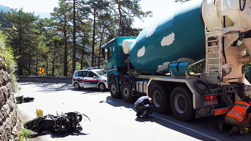 Tödlicher Motorradunfall auf Brennerstraße, Lkw