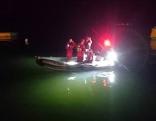 Wasserretter in Schlauchboot bei Suchaktion am Wallersee