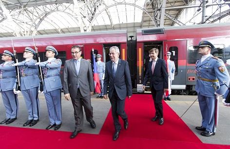Van der Bellen při příjezdu do Prahy