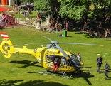 Hubschrauber steht auf dem Gelände des Freibades