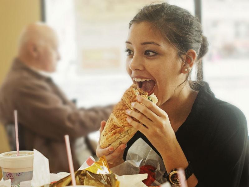 Frau isst großes Weckerl