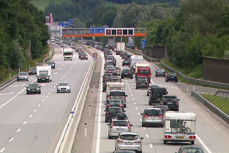 Stau auf der Tauernautobahn (A10) bei Salzburg-Süd