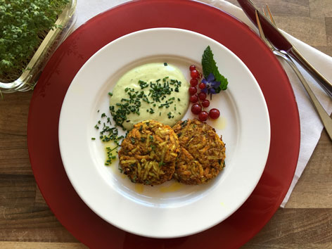 Bio-Karotten-Kohlrabi-Rösti mit Bio-Schnittlauchdip