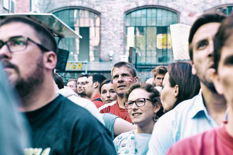 Menschen beim Public Viewing im WUK