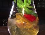 Knusprige Riesengarnele im Tempura auf Thunfisch-Glasnudelsalat, Saiblingsfilet, Gin Fruit Cup
