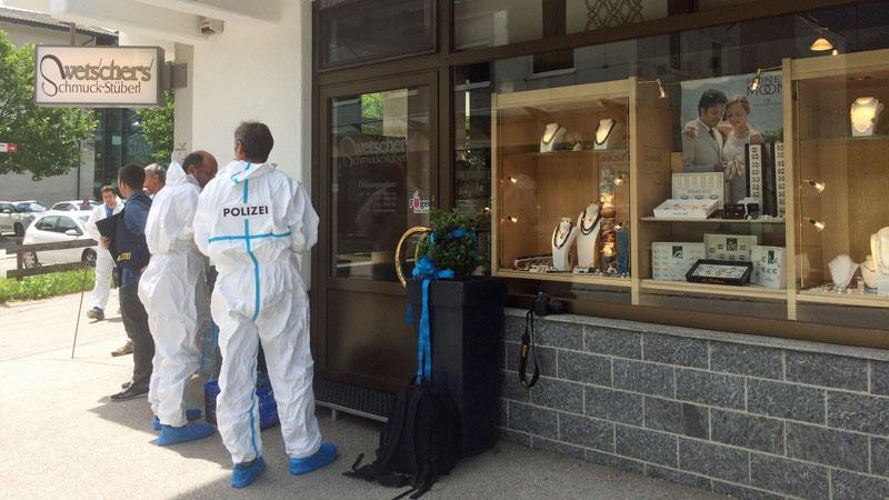 Spurensuche der Polizei am Tatort in Fügen