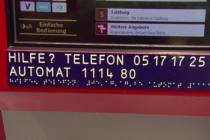 Schild für die Telefonhotline der ÖBB Ticketautomaten