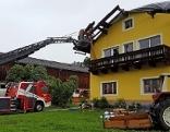 Feuerwehren bei Einsatz bei abgedecktem Haus in Mittersill Burk