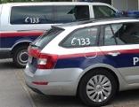 Streifenwagen parken vor kleiner Polizeiinspektion (Polizeiposten) am Land (in Strobl, Flachgau)