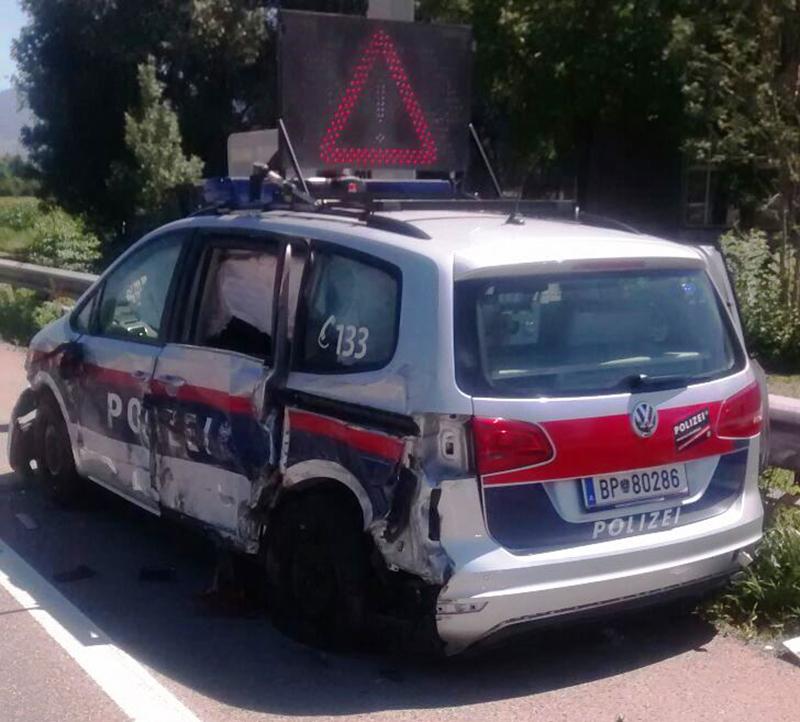 Polizeifahrzeug gerammt