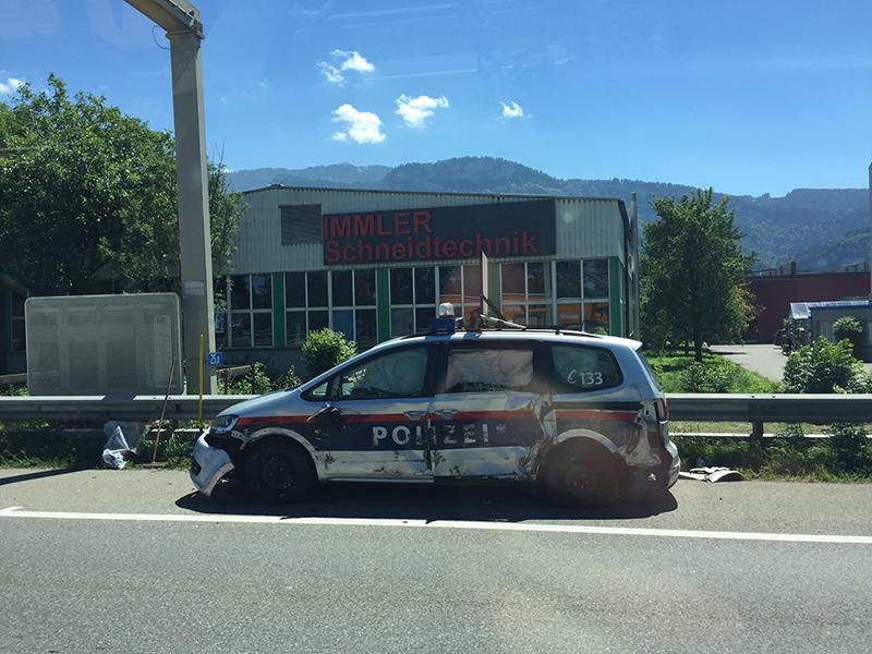 Polizeiauto gerammt