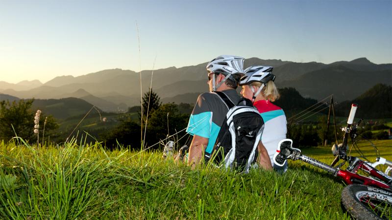 Radfahrer Mountainbiker Sonnenuntergang Rast Pause