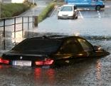 Auto in überschwemmter Unterführung
