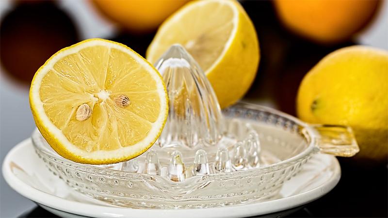 Zitrone wird ausgepresst