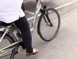 Frau fährt auf E-Bike (Elektrofahrrad)