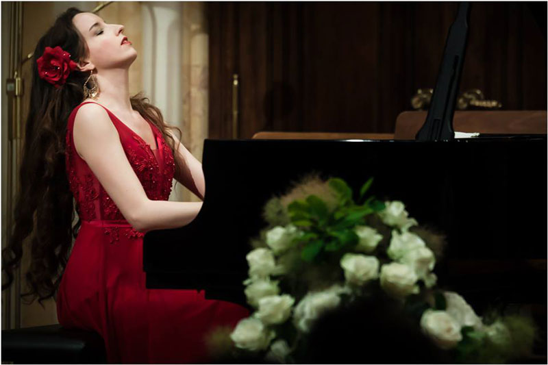 Pianistin Irina Vaterl am Klavier