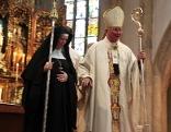 Äbtissin Veronika Kronlachner mit Erzbischof Franz Lackner