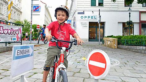 gyereke, bicikli, játszóutca, bécs