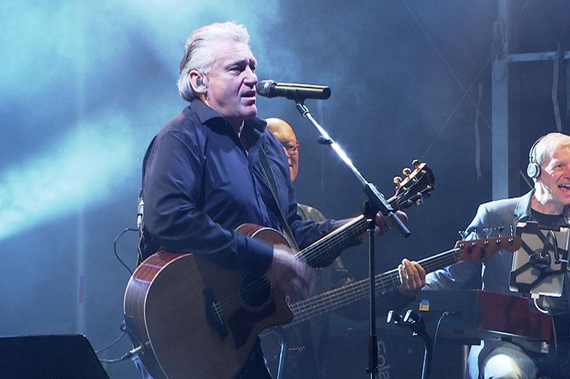 Rainhard Fendrich bei Konzert auf der Bühne