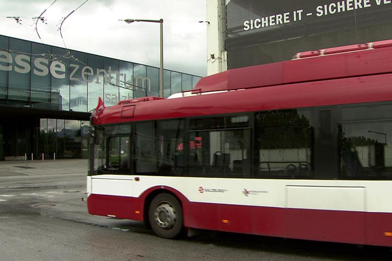 Obus fährt beim Salzburger Messezentrum ab