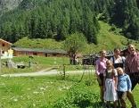 Almbauern-Familie Hochwimmer vor der Moaalm im Habachtal bei Bramberg