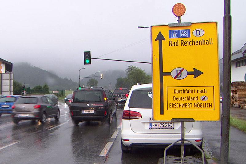 Tafel mit dem Abbiegeverbot in Richtung Grödig bei Neu-Anif