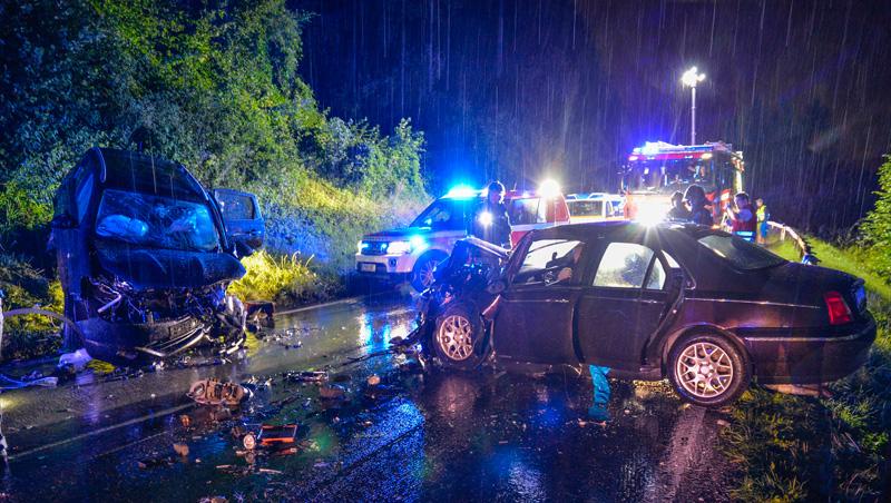 Unfall bei Regen in der Nacht