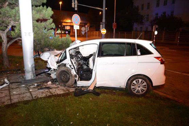 Drei Schwerverletzte bei Unfall mit Taxi