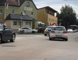 Autos auf der Marktstraße in der Ortsdurchfahrt von Grödig