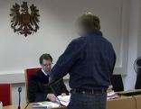 Angeklagter mit Richter bei Prozess