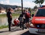 Einsatzkräfte am Salzachufer in Salzburg Lehen beim Pioniersteg