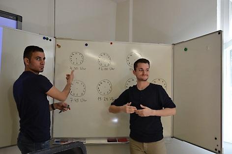 Ein gehörloser Flüchtling (l.) während eines Kurses von Trainer Marian Molnar (r.) im Schulungszentrum Equalizent in Wien.