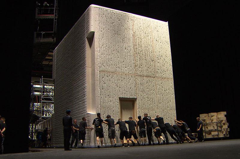Arbeiter schieben Kulisse im Salzburger Festspielhaus
