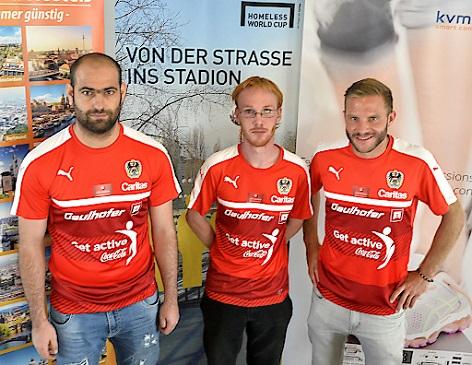 v.l.n.r Spieler Khaled Saleh, Dietger Frank und Patrick Bayer während der Präsentation des österreichischen Nationalteams für den 15. Homeless World Cup vom 29.8.-5.9. in Oslo