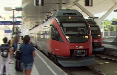S Bahn Garnitur (Talent) im Salzburger Hauptbahnhof mit Fahrgästen