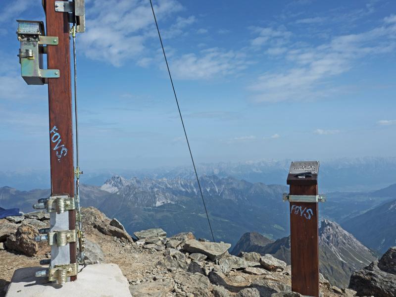 Blauer FOVS Schriftzug auf Gipfelzeichen