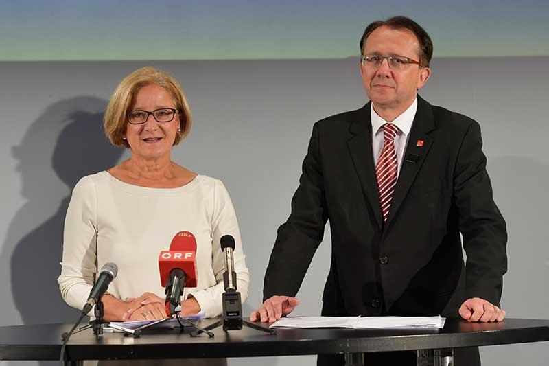 Landeshauptfrau Johanna Mikl-Leitner und Bürgermeister Matthias Stadler bei der Pressekonferenz im Landestheater in St. Pölten