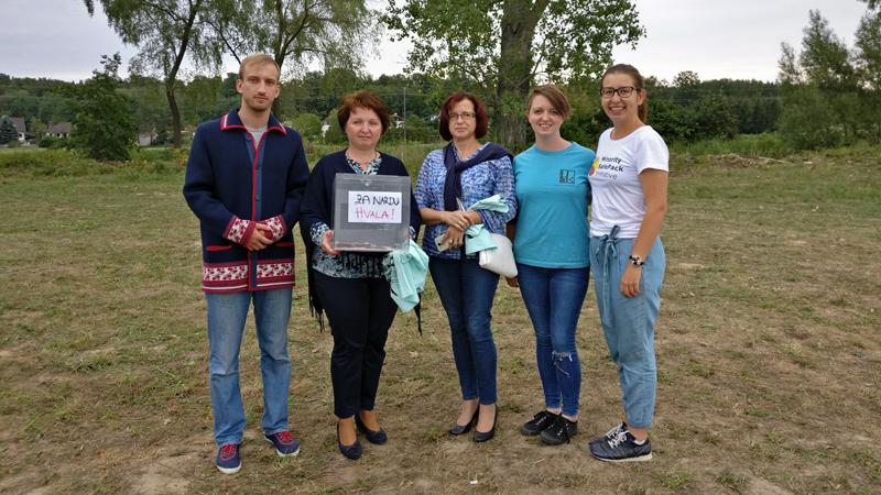 Hakovci daruju pineze delegaciji iz Narde