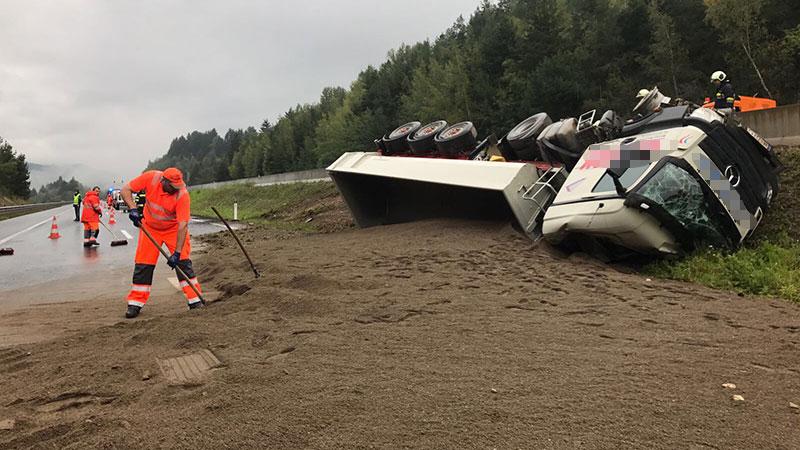 Lkw mit Sand umgekippt