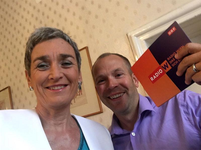 NR-Wahl: Grüne Spitzenkandidatin Ulrike Lunacek mit Radio Wien-Reporter Bernhard Weihsinger