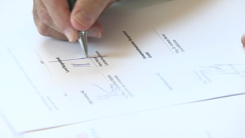 Hans Niessl unterzeichnet Kaufvertrag