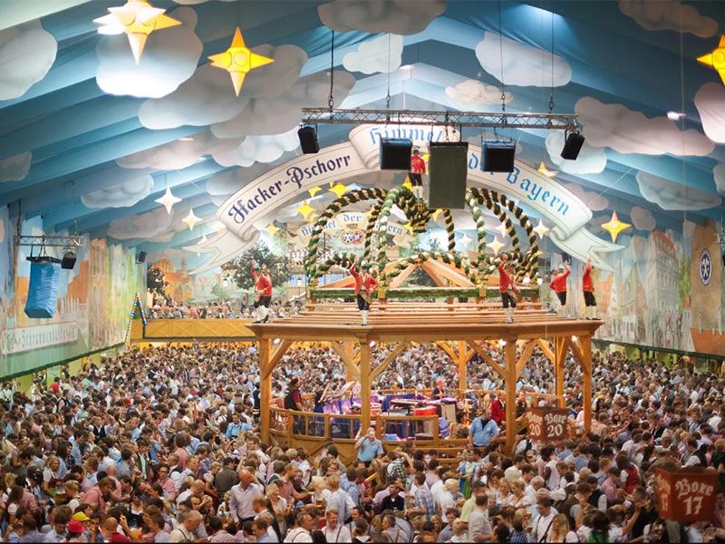 Menschen auf der Theresienwiese, Oktoberfest München